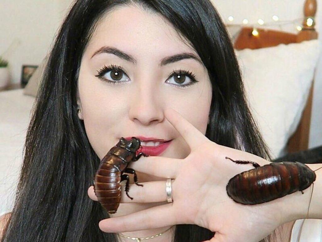 Ini Emzotic, Youtuber Cantik yang Akrab dengan Kecoa Hingga Siput Raksasa