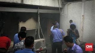 Tiga Mobil Pemadam Kebakaran Jinakan Api di Nusantara III DPR