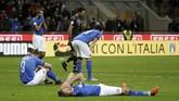 <p>Sejumlah pemain timnas Italia terlihat tergeletak di atas lapangan usai pertandingan melawan Swedia. Italia tersingkir dengan agregat kekalahan 0-1. (REUTERS/Max Rossi)</p>