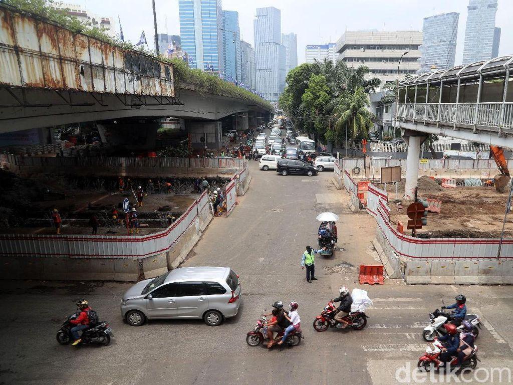 Arus lalu lintas di sekitar proyek terpantau sangat padat saat jam sibuk khususnya pagi dan sore hari.
