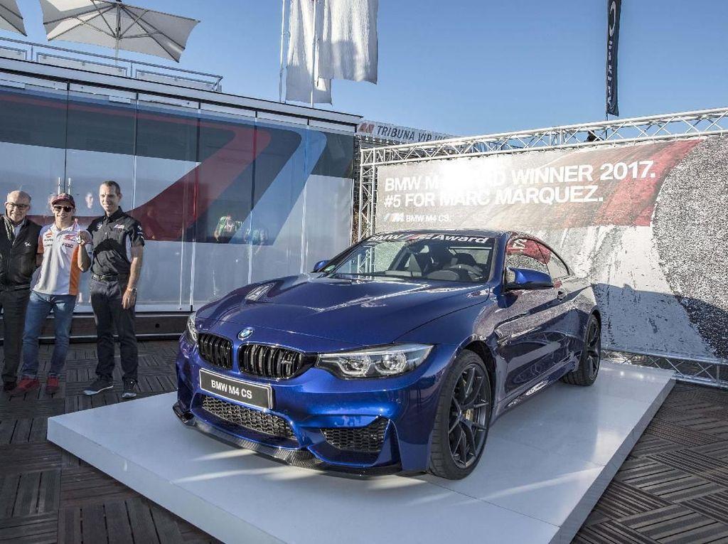 Karena ini adalah 5 kali berturut-turut, berarti total ada 5 mobil BMW yang sudah digondol Marquez. Foto: BMW.