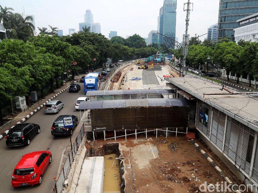 Pembangunan proyek ini memakan hampir setengah badan jalan.