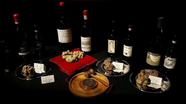 Set botol wine merah Barolo dan Barbaresco dengan jamur truffle putih dipamerkan dalam pelelangan internasional di Grinzane Castele di Grinzane Cavour dekat Alba, Italia pada Minggu (12/11). (REUTERS/ Stefano Rellandini)