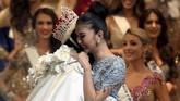 <p>Kevin tak kuasa menahan haru saat namanya disebut sebagai pemenang, unggul dari kontestan asal Curacao, Venezuela, Australia dan Jepang di urutan Top 5. Ia memeluk erat Miss Internatinal 2016 asal Filipina, Kylie Verzosa. (AFP PHOTO / Toshifumi KITAMURA)</p>