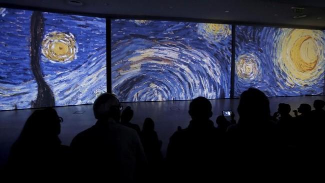 Salah satu karya terkenal Van Gogh, Starry Night pun dipajang di sana. Karya itu dibuat sangat besar sehingga pengunjung bisa merasa seperti jatuh dalam langit berbintang. (REUTERS/Alkis Konstantinidis)