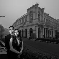 Pasangan yang akan segera menikah ini lalu mendapat ide memanfaatkan kabut asap sebagai tema foto pranikah. (Foto: Instagram/banjarastudios)