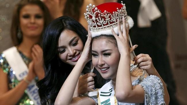 <p>Tangis haru Kevin menetes saat dipasangi mahkota oleh Miss International 2016, Kylie Verzosa. (REUTERS/Toru Hanai)</p>