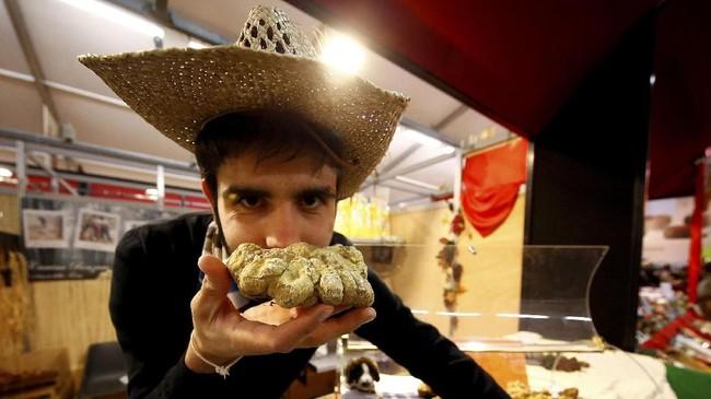 Setiap tahun, kota inimenggelar International Alba White Truffle Fair yang menarik banyak wisatawan hingga 100 ribu orang dari seluruh dunia yang ingin membeli atau sekadar mencium wangi jamur. (REUTERS/ Stefano Rellandini TPX IMAGES OF THE DAY)