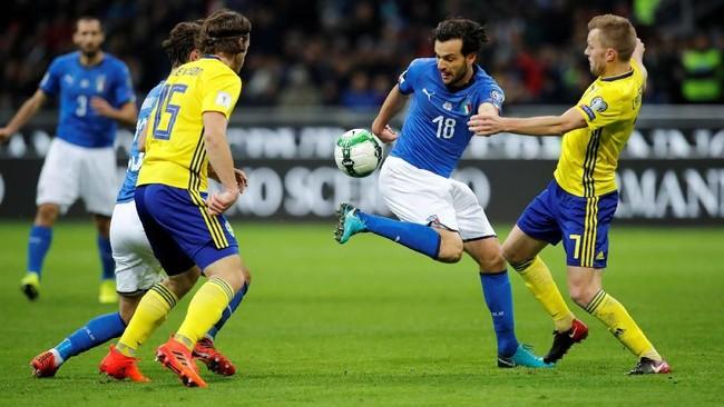 <p>Gelandang timnas Italia Marco Parolo berduel dengan gelandang Swedia Sebastian Larsson. Ketegangan sudah terlihat dari permainan timnas Italia sejak babak pertama. (REUTERS/Alessandro Garofalo)</p>