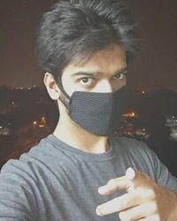 Foto selfie sengaja dilakukan di jalan raya untuk memperlihatkan betapa tebalnya kabut asap akibat polusi yang terjadi di kota New Delhi. (Foto: instagram/prateeksahai)