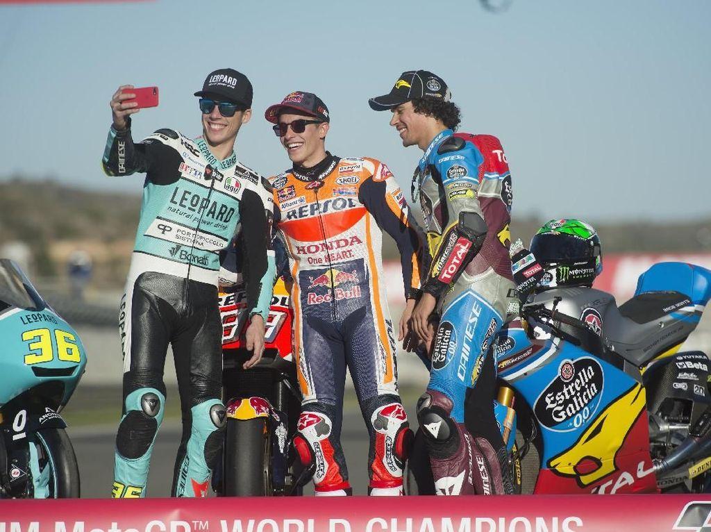 Buat Joan Mir dan Morbidelli ini merupakan titel juara dunia mereka yang pertama. Sementara Marquez sudah punya enam titel (4 MotoGP, 1 Moto2 dan 1 di kelas 125cc). (Mirco Lazzari gp/Getty Images)