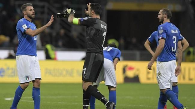 <p>Gianluigi Buffon menghampiri Andrea Barzagli usai timnas Italia ditahan imbang Swedia di Stadion San Siro. Kedua pemain itu dikabarkan akan segera pensiun dari timnas Italia. (AFP PHOTO/Miguel MEDINA)</p>