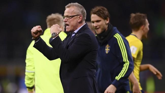 <p>Pelatih timnas Swedia Jan Andersson merayakan sukses melangkah ke Piala Dunia 2018. Swedia untuk kali pertama sejak 2006 melangkah ke putaran final Piala Dunia. (AFP PHOTO / Marco BERTORELLO)</p>