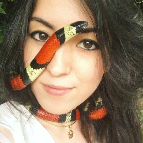 Ini Emzotic, Youtuber Cantik yang Akrab dengan Kecoa ...