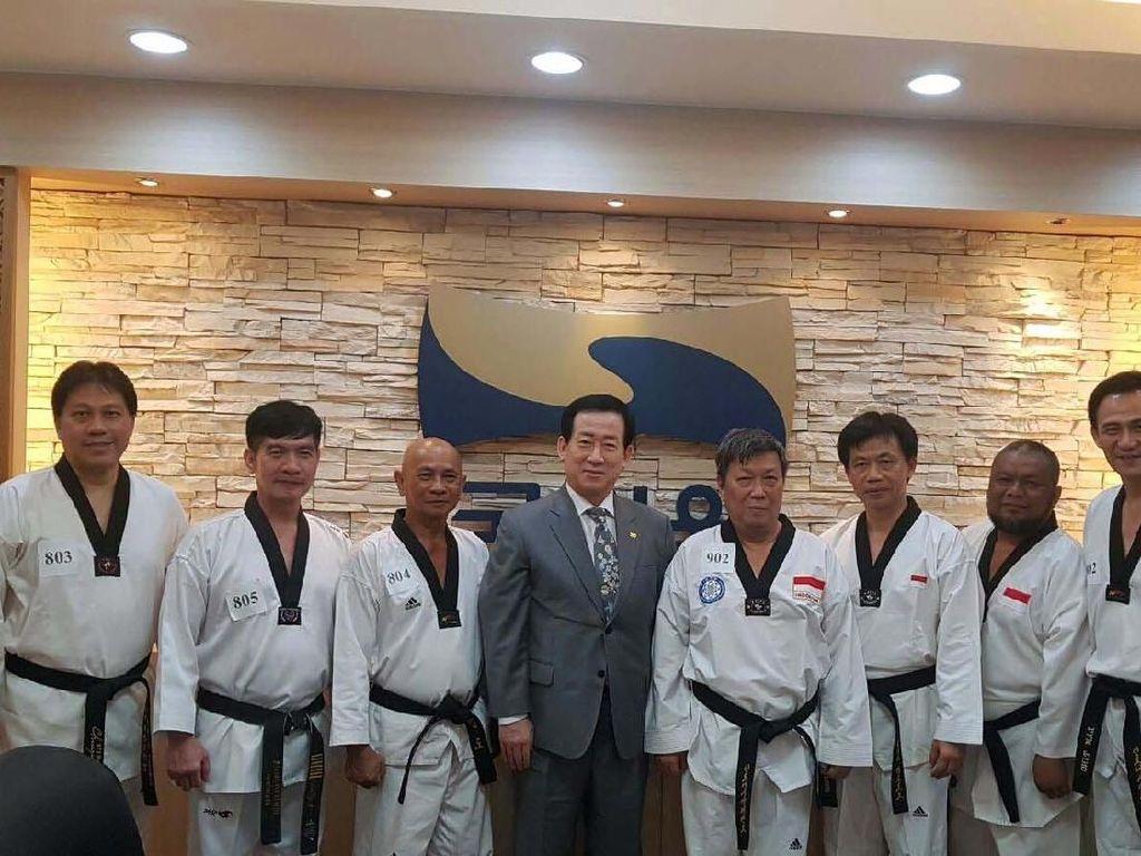 Ke-enam Master tersebut Lamting, Ganis Hartono, Rizon Oktalybsa, Suwandi Gunawan, Billy Komara dan Azhari dari DAN VII ke DAN VIII. Pool/YUTI.