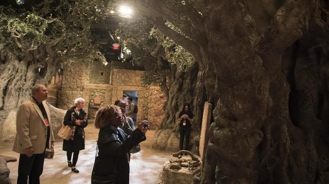 Pengunjung menjelajah pameran 'World of Jesus of Nazareth' yang terletak di dalam Museum Alkitab, di Washington DC, pada 14 November 2017.(AFP PHOTO / SAUL LOEB)