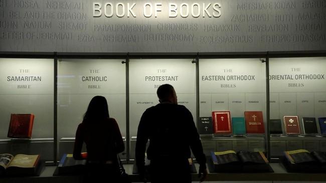Menurut laman resmi Museum Alkitab, pengunjung tidak akan ditarik biaya untuk memasuki museum ini. Namun pihak pengunjung menerima sumbangan dari pengunjung. (REUTERS/Kevin Lamarque)