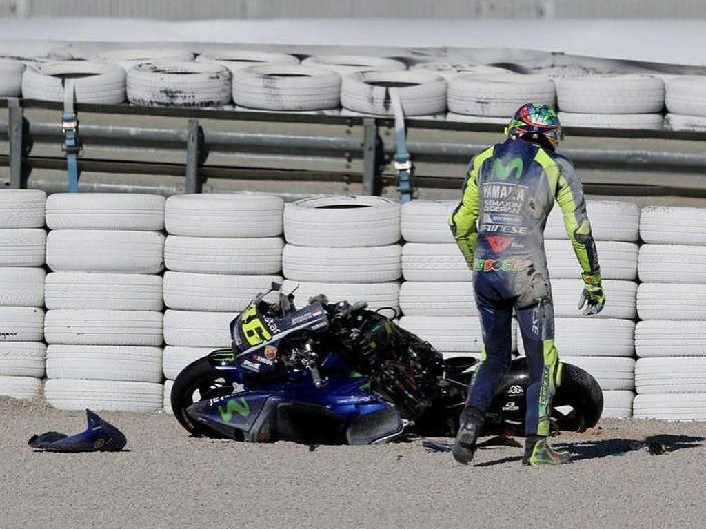 Meski sempat terlihat shock, Rossi masih menyempatkan melihat dari dekat kondisi motornya dari dekat. (Instagram)