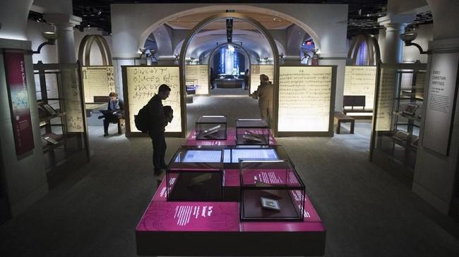 <p>Puluhan ribu koleksi Museum Alkitab diyakini berasal dari era Nabi Ibrahim hingga pembuatan Perjanjian Baru. (AFP PHOTO / SAUL LOEB)</p>