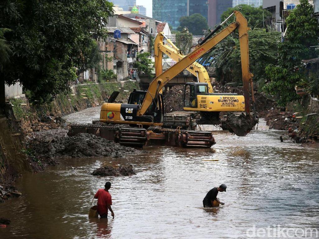 Pekerja melakukan proses pengerukan Kali Krukut, Jakarta Selatan, Rabu (15/11/2017).