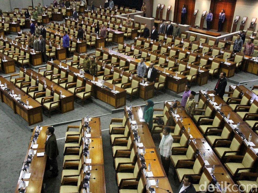 Sebanyak 392 anggota dewan tidak hadir dalam sidang paripurna ini.