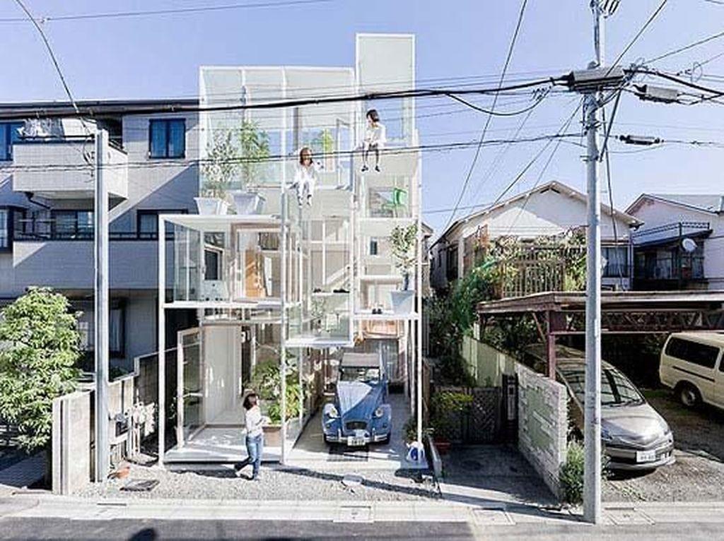 Rumah transparan itu berada di antara rumah normal lainnya di Tokyo. Istimewa/boredpanda.