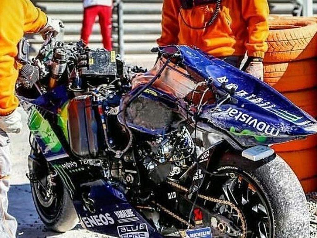Body tengah motor terkoyak hebat. (Instagram @stamin4radio)