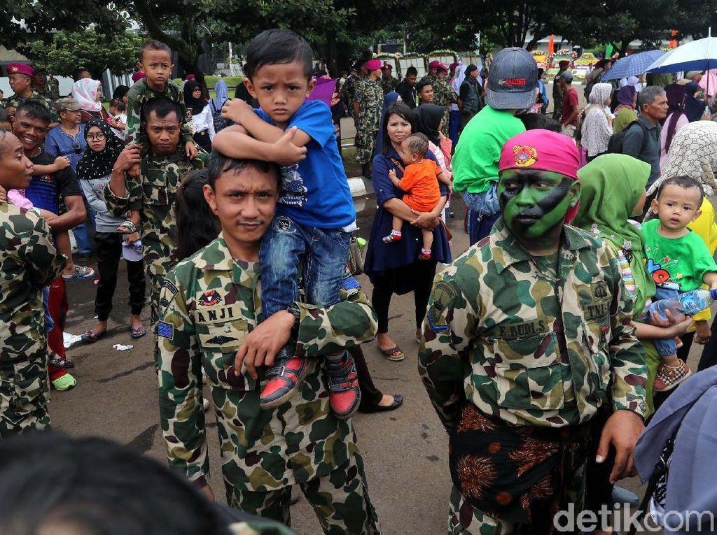 Seorang anak naik kepondak ayahnya yang juga prajurit Marinir.