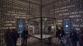 <p>Artefak dalam Museum Alkitab terdiri mulai dari kitab yang masih berbentuk lembaran papirus, gulungan Taurat, Alkitab yang jarang dicetak, artefak Yahudi, dan kekayaan kontemporer Kristen dan Yahudi. (AFP PHOTO / SAUL LOEB)</p>