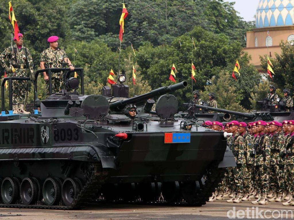 Kepala Staf TNI Angkatan Laut Kasal Laksamana TNI Ade Supandi melakukan inspeksi pasukan.