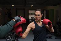 Berperan dalam beberapa karakter wanita tangguh mengharuskan Gal Gadot memiliki kemampuan bela diri. Ia pun memilih olahraga kick boxing. Selain menjadi salah satu olahraga bela diri, kick boxing juga bermanfaat untuk membuat tubuh menjadi langsing. Foto: Instagram/@gal_gadot