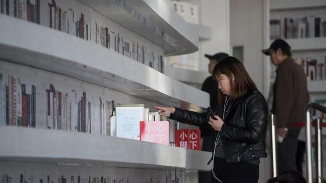 Namun gambar desain aula yang cantik hanyalah sebagian dari perpustakaan tersebut. Sebagian besar koleksi masih tersimpan di lemari perpustakaan pada umumnya di ruangan lain. (AFP PHOTO / FRED DUFOUR)