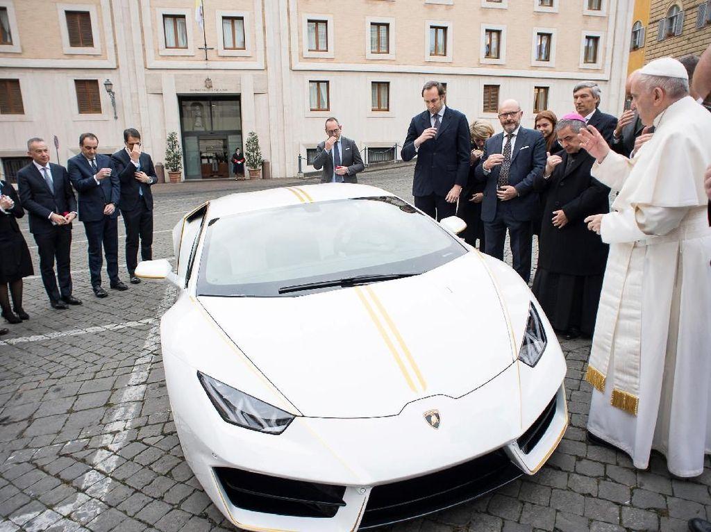 Lamborgini Huracan RWD ini sudah ditandatangani secara pribadi oleh Paus Fransiskus. Mobil dibuat khusus oleh departemen kustomisasi Ad Personam. Lamborghini edisi khusus ini dicat dengan warna Bianco Monocerus (putih) dan garis-garis Giallo Tiberino (kuning) di sepanjang tubuhnya untuk menghormati warna bendera Kota Vatikan. Foto: Reuters