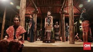 FOTO: Warna-warni Tenun Sumba di Peragaan Biyan