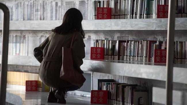 Namun pengunjung berpikiran lain dengan menganggap desain perpustakaan ini adalah bagian dari proyek mercusuar China. Proyek itu merupakan propaganda dari Partai Komunis China selaku penguasa. (AFP PHOTO / FRED DUFOUR)