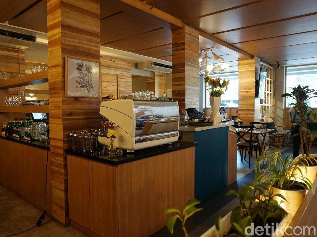 Dengan nuansa cokelat, biru dan tanaman hijau Anda bisa berlama-lama di sini sambil menikmati kopi dan makanan enak. Foto: Lusiana Mustinda