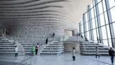 Desain cantik ruangan tersebut didesain oleh firma arsitektur Belanda, MVRDV. Namun karena terjadi masalah dengan pihak manajemen perpustakaan, desain tersebut hanya diwujudkan di bagian aula. (AFP PHOTO / FRED DUFOUR)