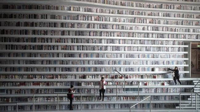 Foto sebuah perpustakaan di China mendadak viral. Perpustakaan Tianjin Binhai menarik perhatian para pencinta buku berkat desain unik dan cantik. (AFP PHOTO / FRED DUFOUR)