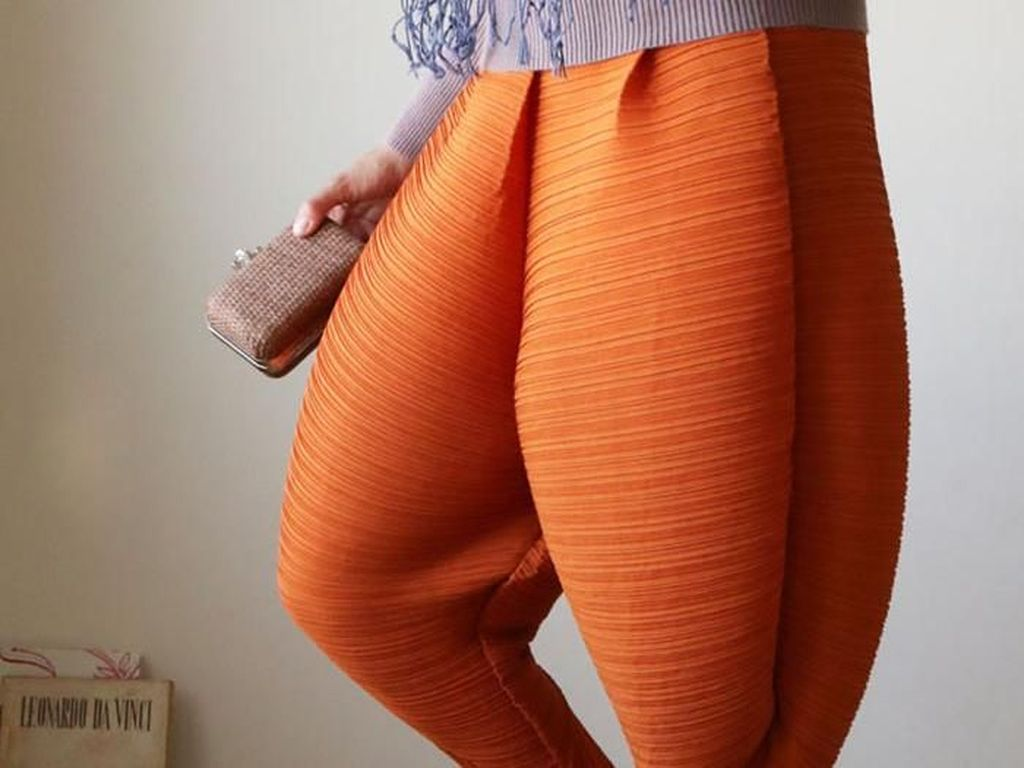 Celana yang Buat Kaki Kamu Mirip Paha Ayam Ini Jadi Meme di Media Sosial