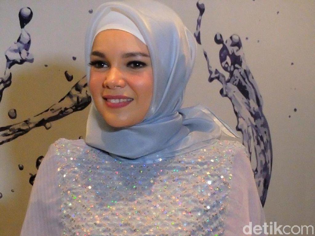 Foto: Anggunnya Dewi Sandra dan Natasha Rizki Berbalut Gaun Malam