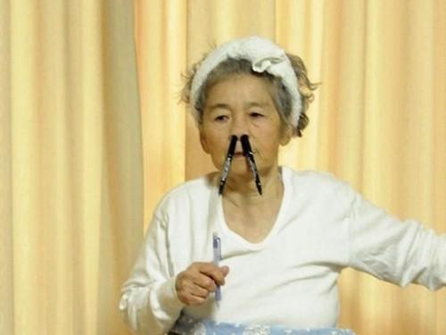 Kocaknya Gaya Foto Nenek 90 Tahun yang Dijuluki Ratu Selfie