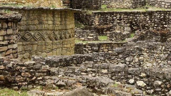 Benteng Kuelap dibangun di punggung tebing batu kapur di pegunungan Andes, di tepi kiri sungai Utcubamba. Benteng ini dikelilingi hutan hujan yang sering berkabut. (REUTERS/Guadalupe Pardo)