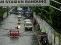 Hujan Deras Guyur Bandung, Jalur ke Ciwidey Tertimbun Longsor