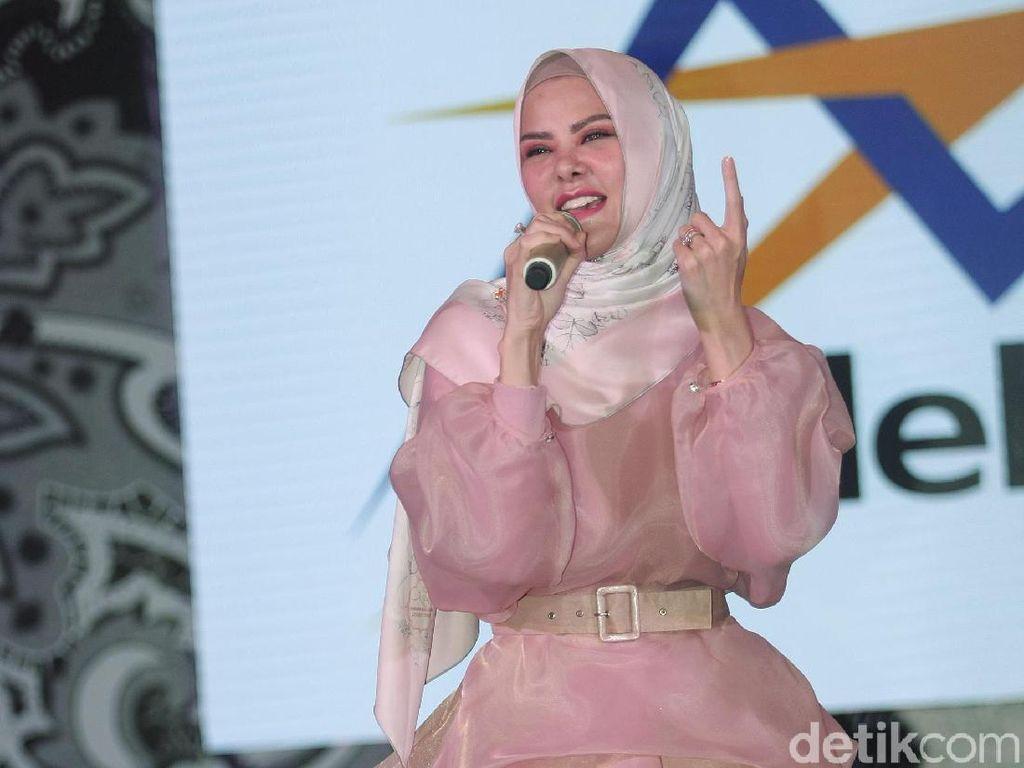 Foto: Gaya Hijab Angel Lelga dengan Baju Millenial Pink yang Kekinian