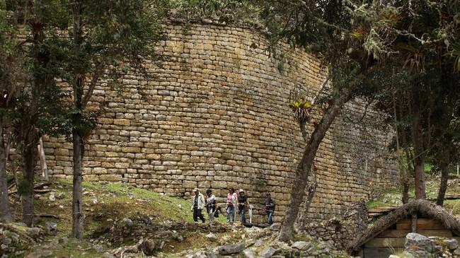 Benteng ini dibangun dari utara ke selatan dengan panjang 584 meter dan memiliki bagian terlebar sebesar 110 meter serta tinggi antara 10 hingga 20 meter. (REUTERS/Guadalupe Pardo)