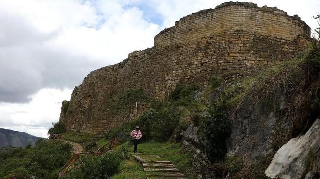 Benteng Kuelap berdiri diam di ketinggian 3000 meter di atas permukaan laut, di antara kota Maria dan Tingo, barat laut Peru. Benteng ini didirikan sejak abad ke-5 oleh suku Chachapoyas, atau para 'prajurit awan'. (REUTERS/Guadalupe Pardo)