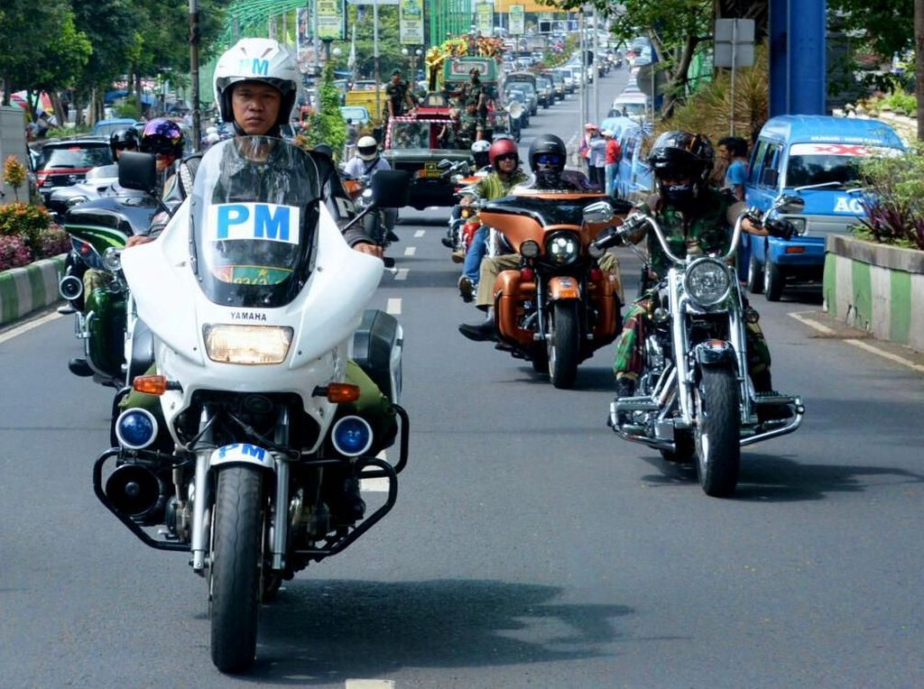 Beberapa motor Harley Davidson ikut mengiringi rombongan. Dok. Penkostrad.