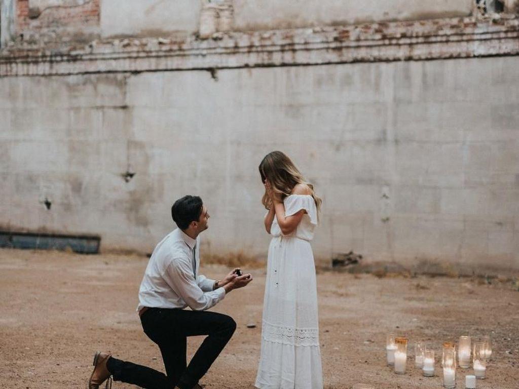 Jangan Baper, 13 Foto Lamaran Ini Romantis Banget