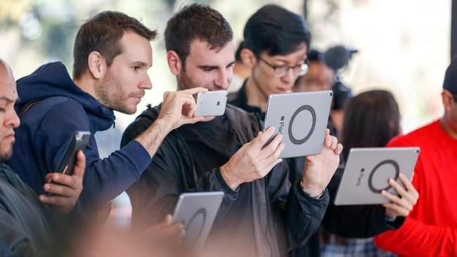 Saat pembukaan, pengunjung bisa menjalal teknologi augmented reality (AR) untuk melihat tampilan keseluruhan Apple Park.(AFP PHOTO / Amy Osborne)