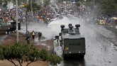 Kelompok pemerhati hak asasi manusia melaporkan, setidaknya 66 orang tewas dalam kerusuhan akibat dua pemilu ini. Kericuhan ini tak ayal membuat perekonomian Kenya terpuruk. (Reuters/Thomas Mukoya)